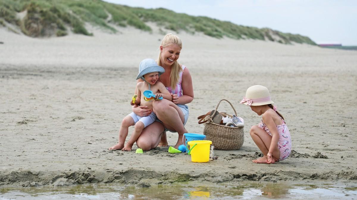 Sunna Lygre med barna Noelia og Neo på Hellestø i Sola kommune