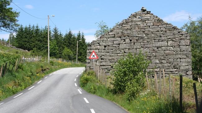 Dette uthuset ved Brekke er eit døme på steinmuringa i Gulen. Foto: Ottar Starheim, NRK.