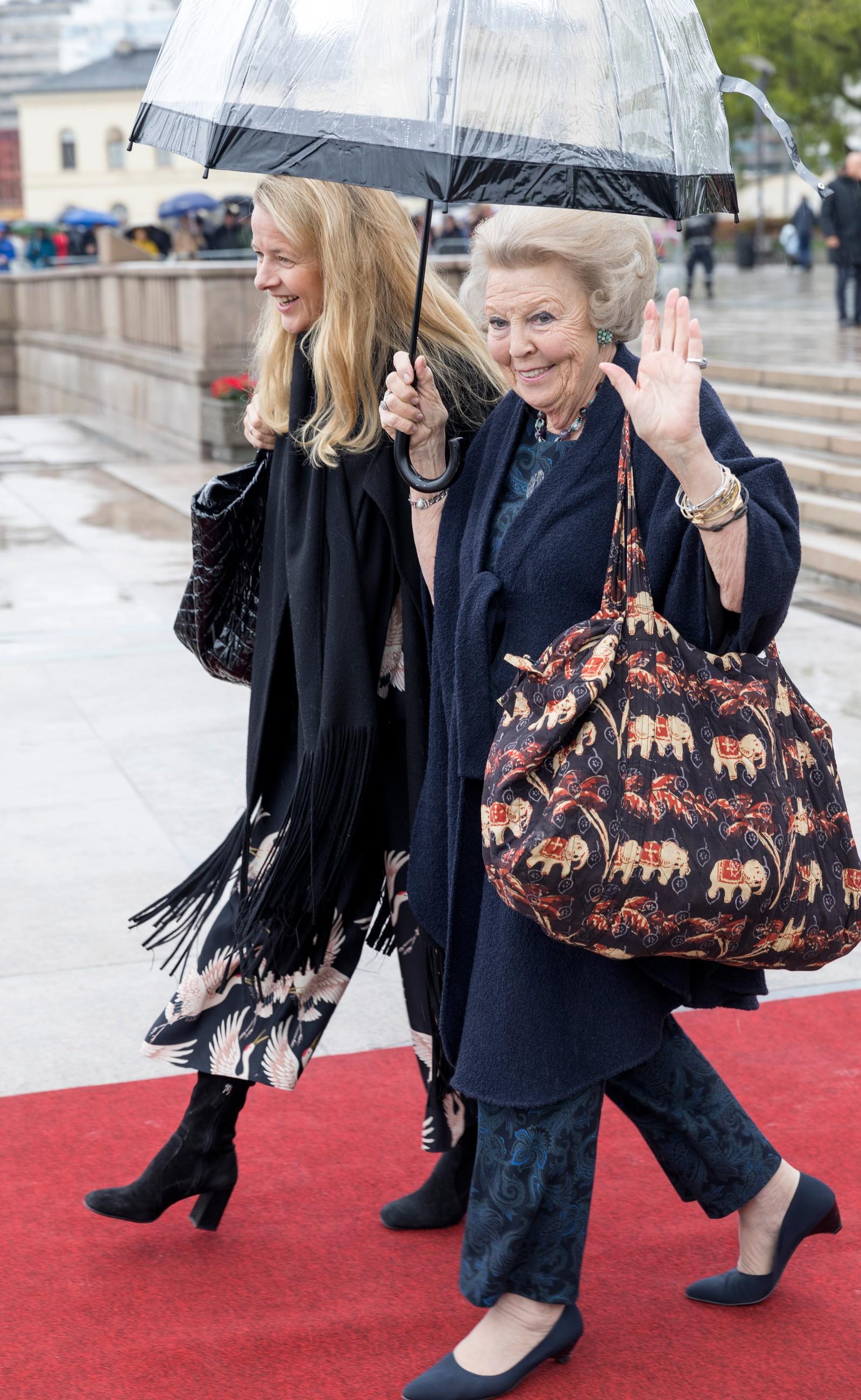 Prinsesse Mabel, prinsesse Beatrix ved avreise fra honnørbrygga i Oslo på tur til lunsj på Kongeskipet Norge onsdag.