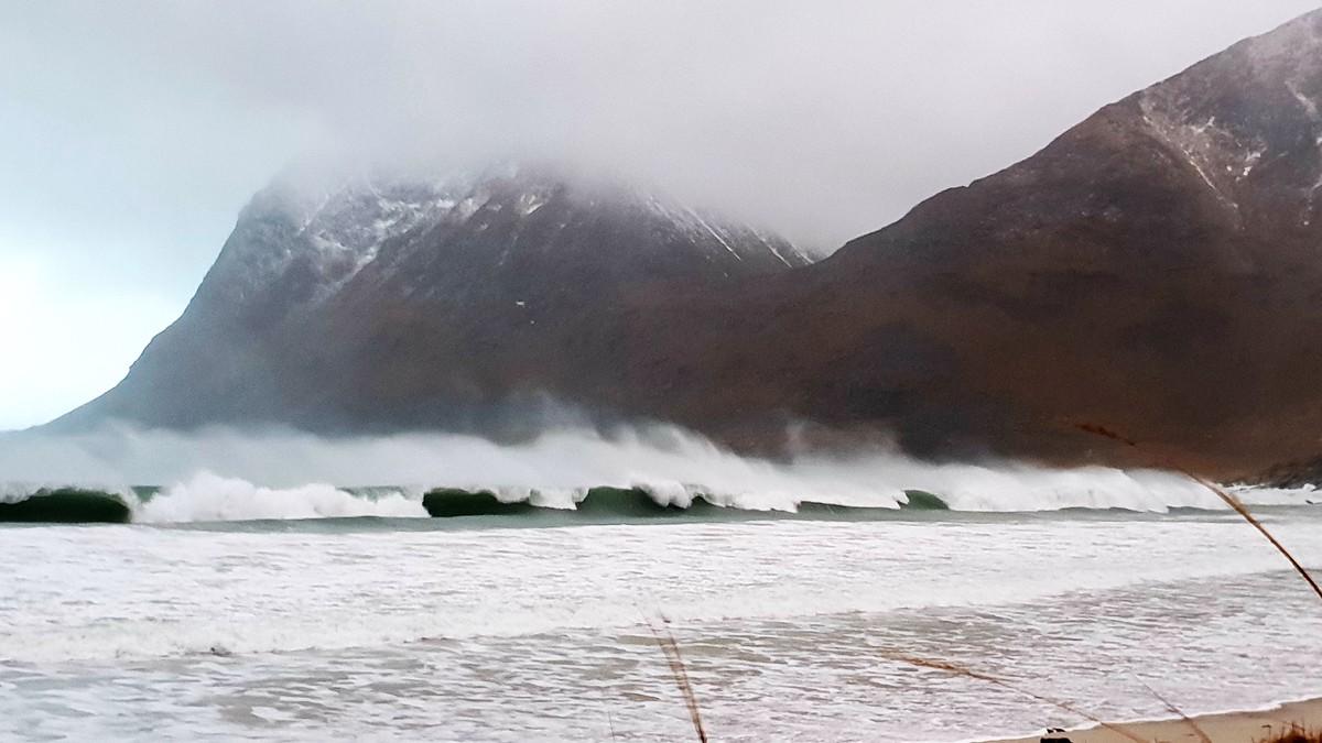 Det er to kraftige lavtrykk på vei mot Norge. Ett torsdag med full storm, og ett lørdag som ligger an til å bli enda kraftigere. Bildet viser Vikstranda i Vestvågøy i Lofoten tidligere i vinter.