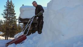 MYKJE SNØ: Mange hytteeigarar er bekymra for om taket held all snøen som er komen den siste tida, fortel Aslak Enstad. No går det ikkje ein dag utan at han måker hyttetak på Bjorli.
