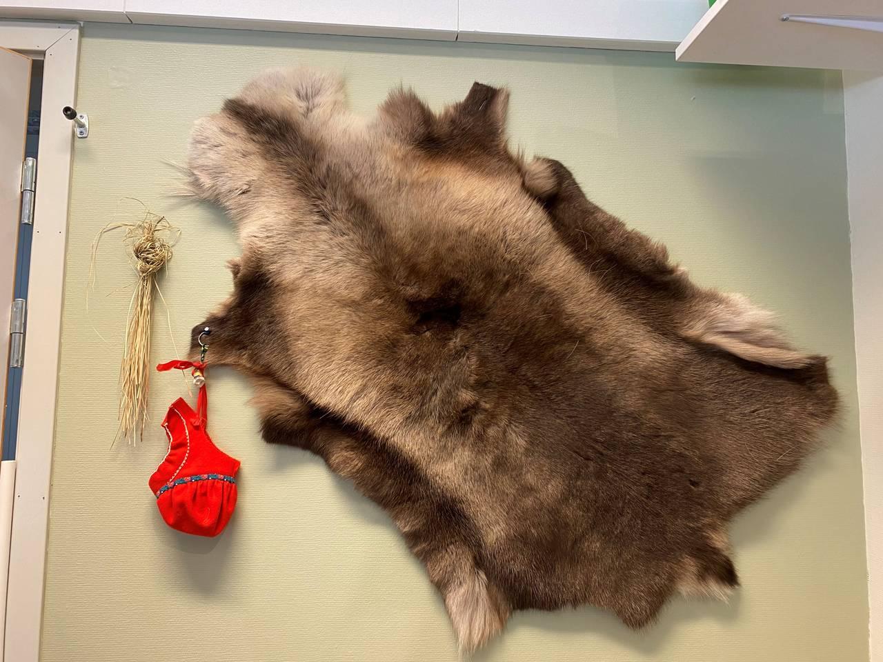 Reinskinn som dekorasjon i den samiske barnehageavdelingen.