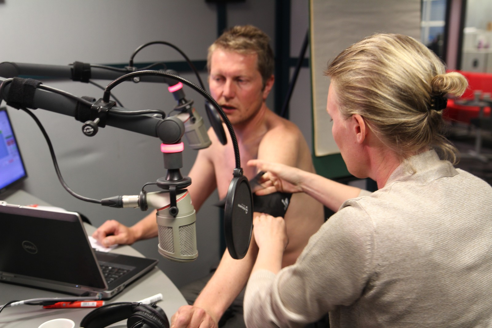 Fylkeslege Janne Dahle-Melhus sjekker helsetilstanden til programleder Johan Mihle Laugaland etter flere timer på lufta.
