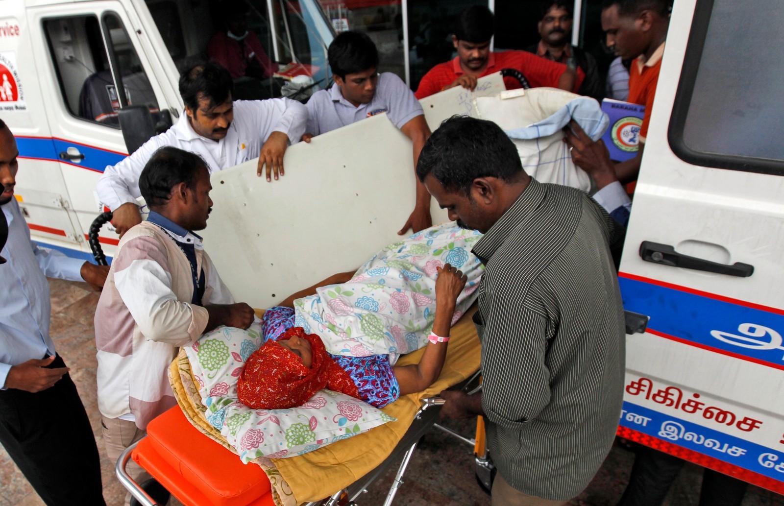 En pasient blir tatt inn i en ambulanse for å bli tatt med til et annet sykehus etter at strømmen gikk på sykehuset hun var på. Dette er det kraftigste regnfallet på hundre år i delstaten Tamil Nadu i India.