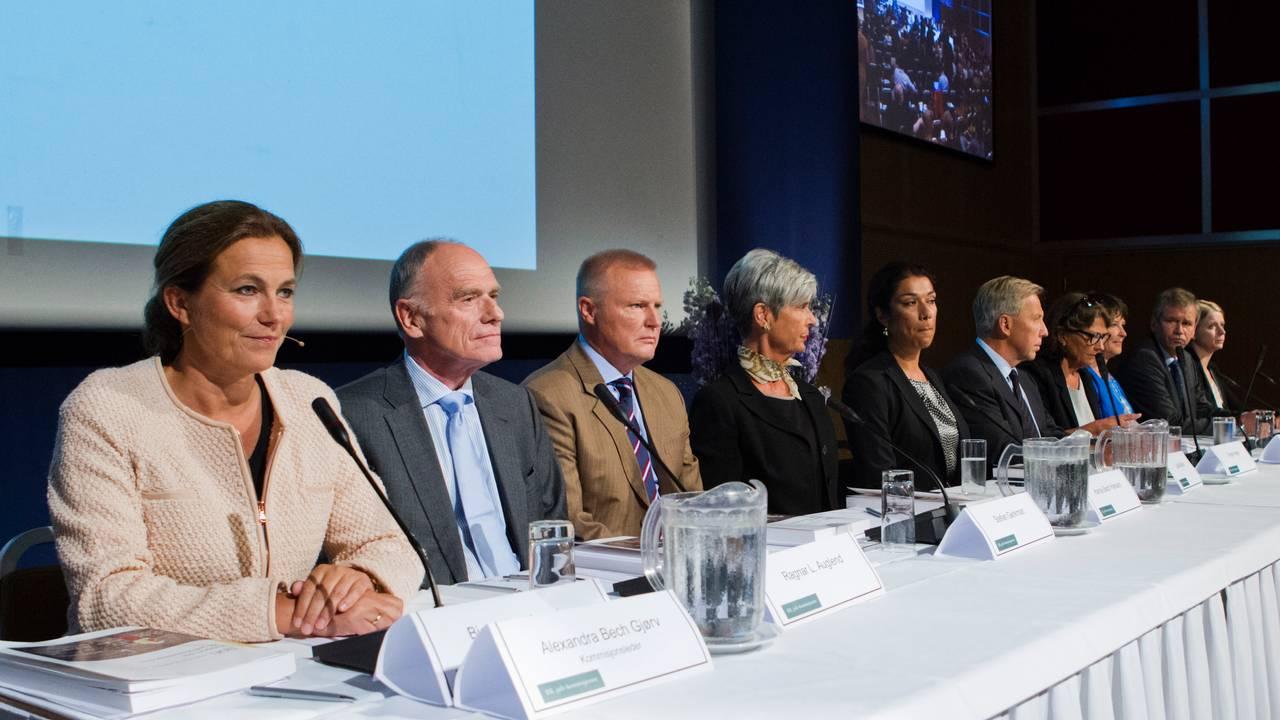 22. juli-kommisjonen under presentasjonen av kommisjonens rapport i 2012.