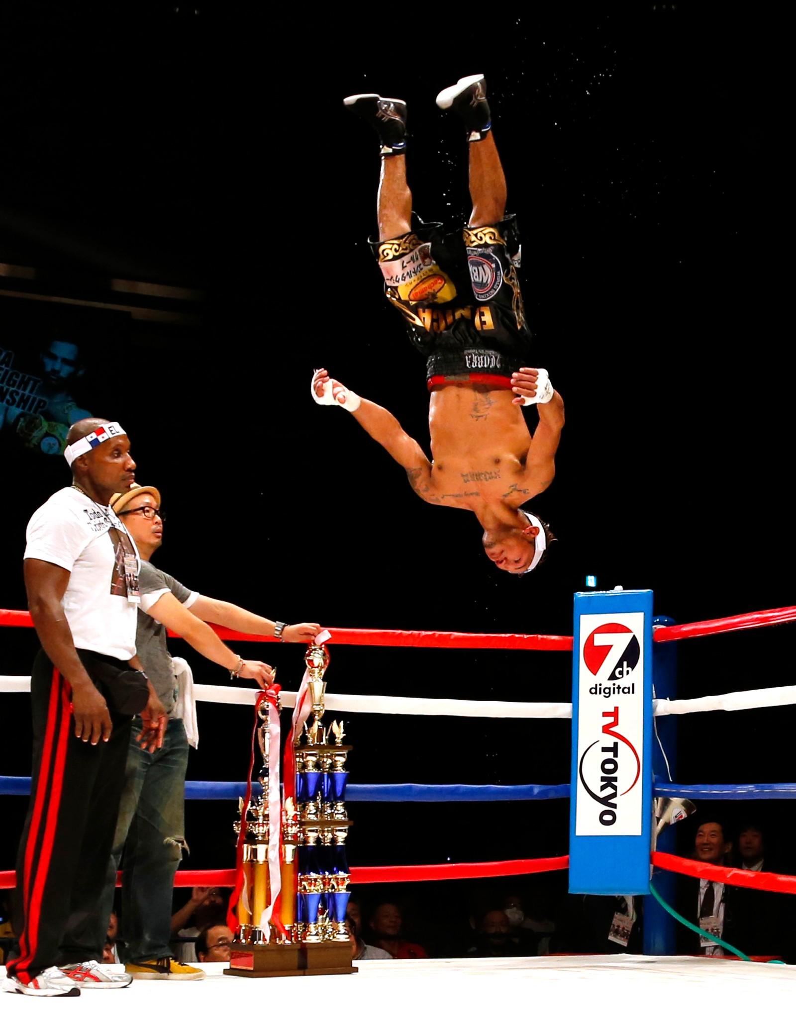Opp ned-overmann. Panamas Luis Comcepcion feirer etter å ha slått japanske Kohei Kono i boksing den 31. august.