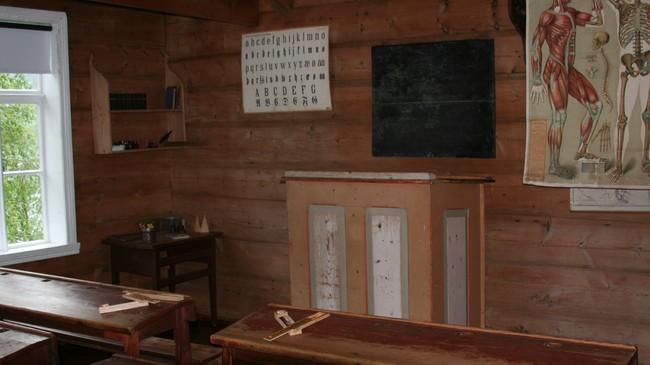 På Sunnfjord Muséum er det mellom anna ei skulestove med møblar, plansjar og utstyr frå tidleg på 1900-talet. Foto: Kjell Arvid Stølen, NRK.