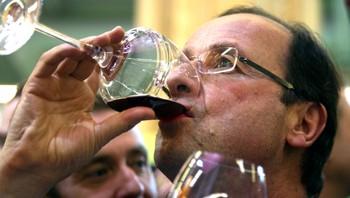 Francois Hollande drikker rødvin