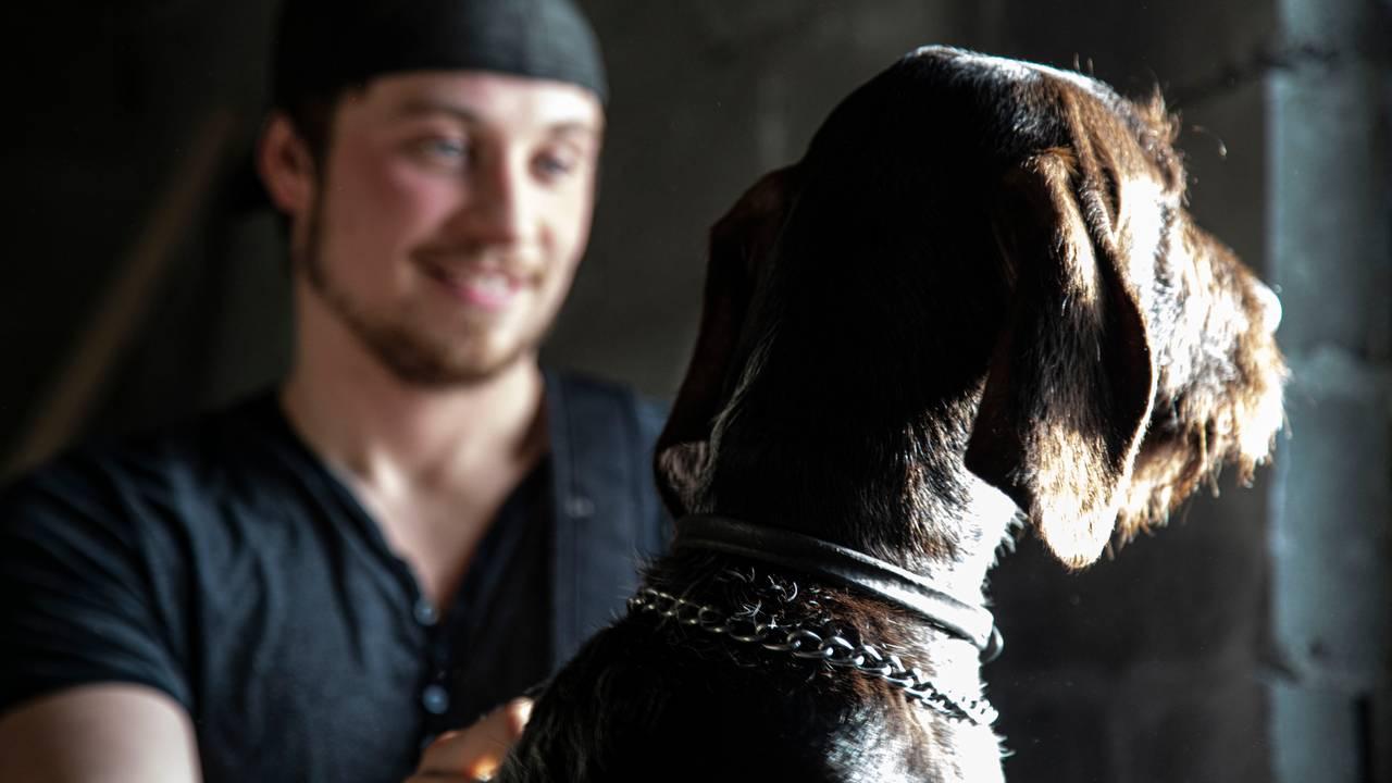 Isak Dreyer med hunden Buster hjemme i Bodø.