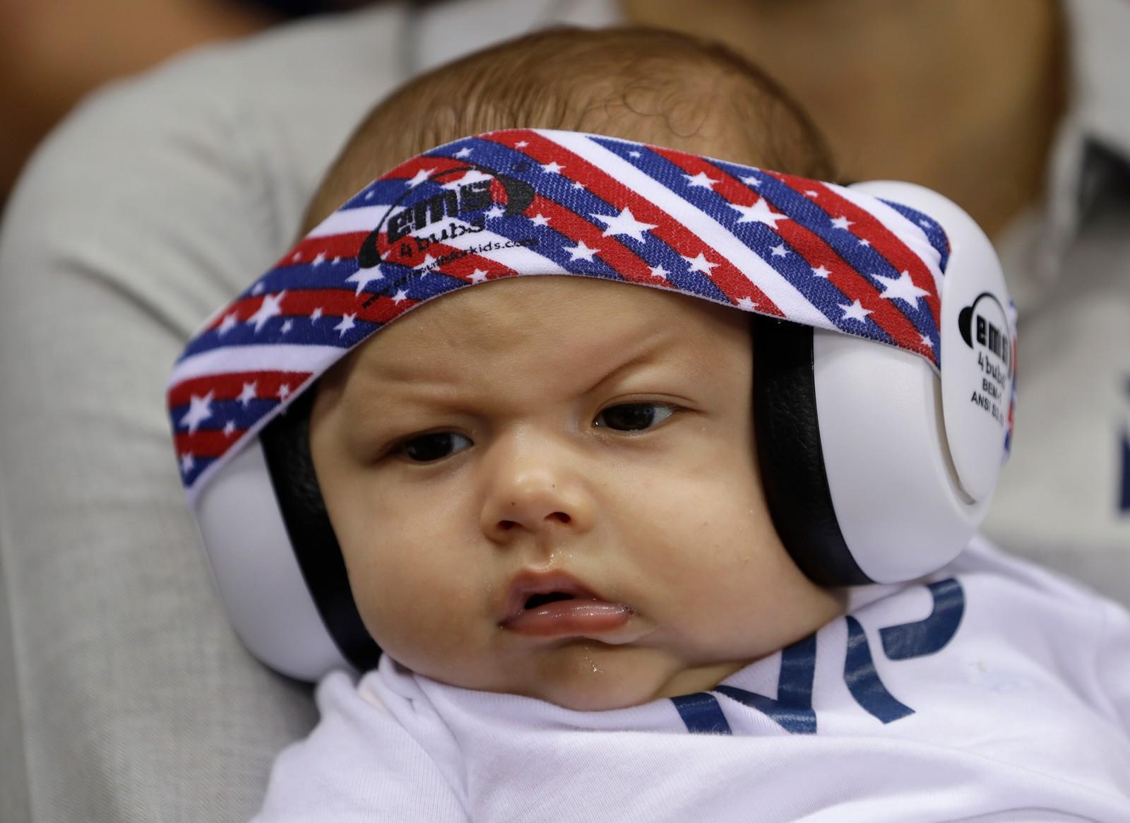 Det er ikke bare Michael Phelps' ansiktsuttrykk som blir plukket opp av kamera. Også hans sønn Boomer er til stadighet blitt fotografert i svømmehallen.