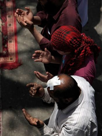 Demonstrantar i bønn i Kairo.