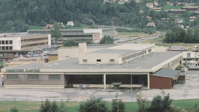 Slakterianlegget som VS bygde i Førde sentrum i 1964 og som no er bygd om til Handelshuset. Foto: Vestlandske Salslag.