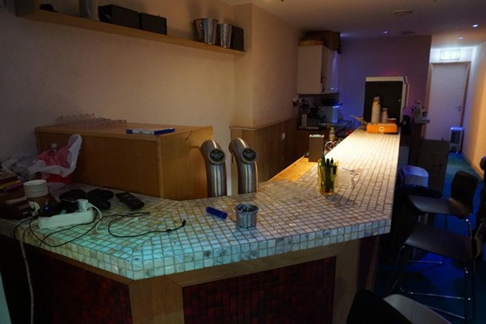 EGEN BAR: Pokerklubben i Kaigaten i Bergen er innredet med egen bar. Bildet er tatt under politiets razzia natt til fredag.