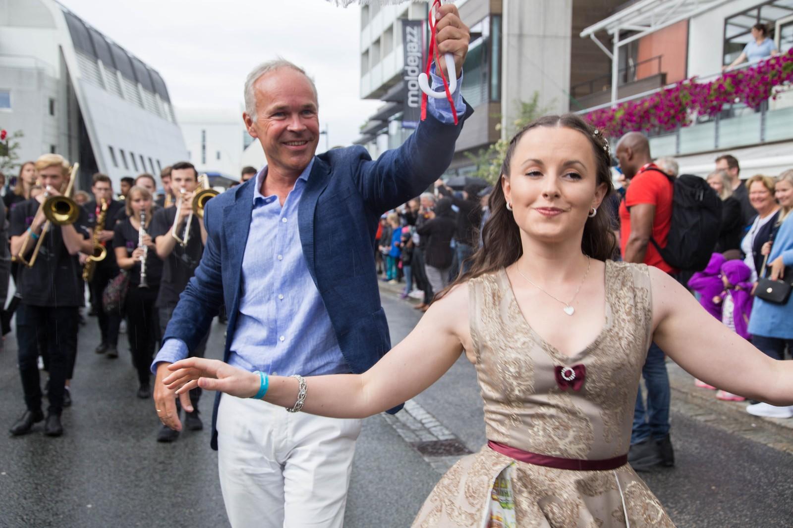 Jan Tore Sanner i fri dressur i Molde bys gater, sammen med Jeanette Holsbøvåg.