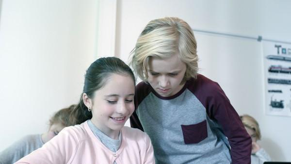 Norsk dramaserie. (5:13) Lars er syk og mor Erle tilkaller zombielege.