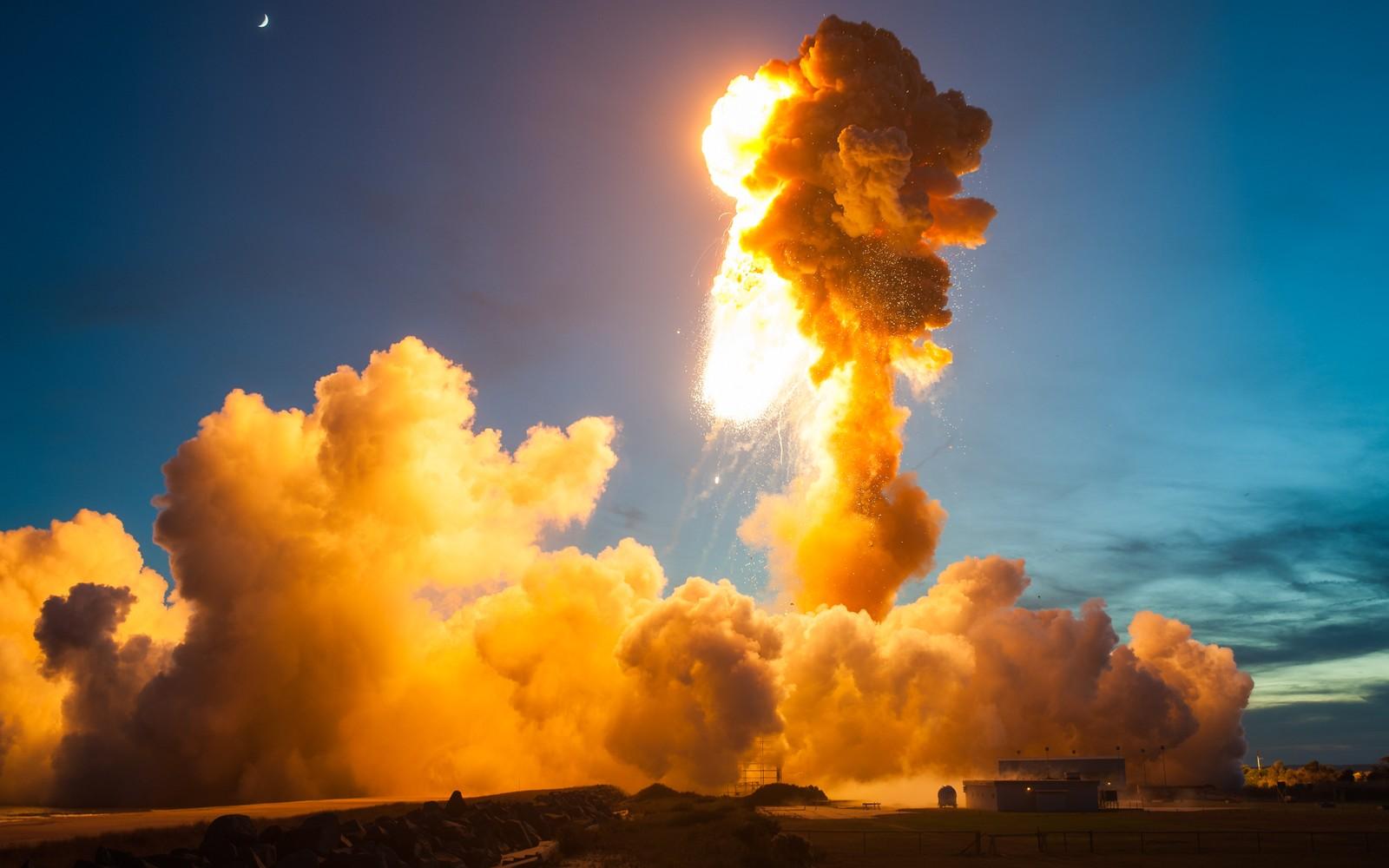 Hele raketten er nå dekt av flammer. Den faller hurtigere mot bakken.