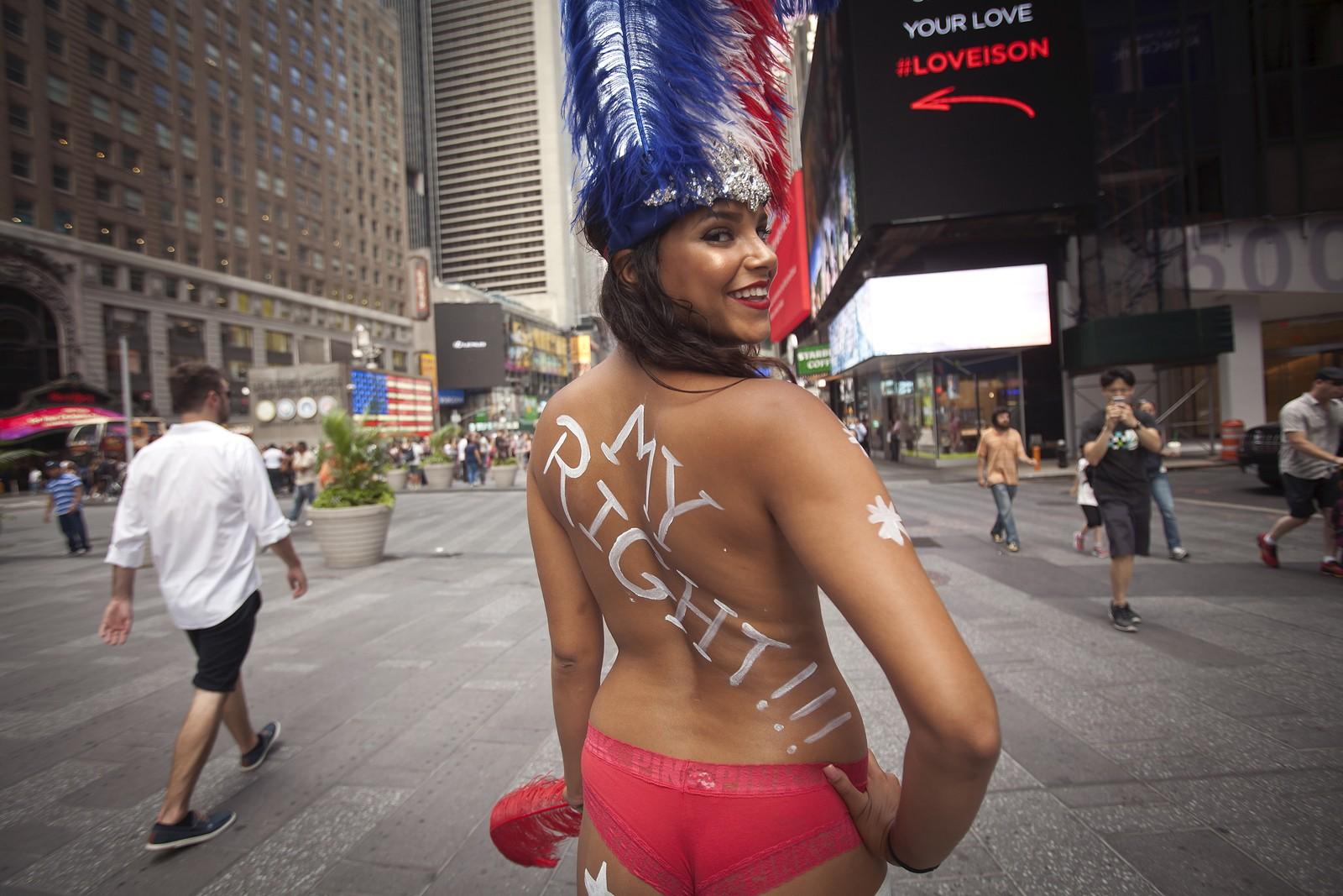 New Yorks borgermester har signalisert at byen vil slå ned på toppløse modeller på Times Square, da han mener de skremmer vekk familier. Modellene stiller opp på bilder med turister mot betaling ikledd kostymer og kroppsmaling.