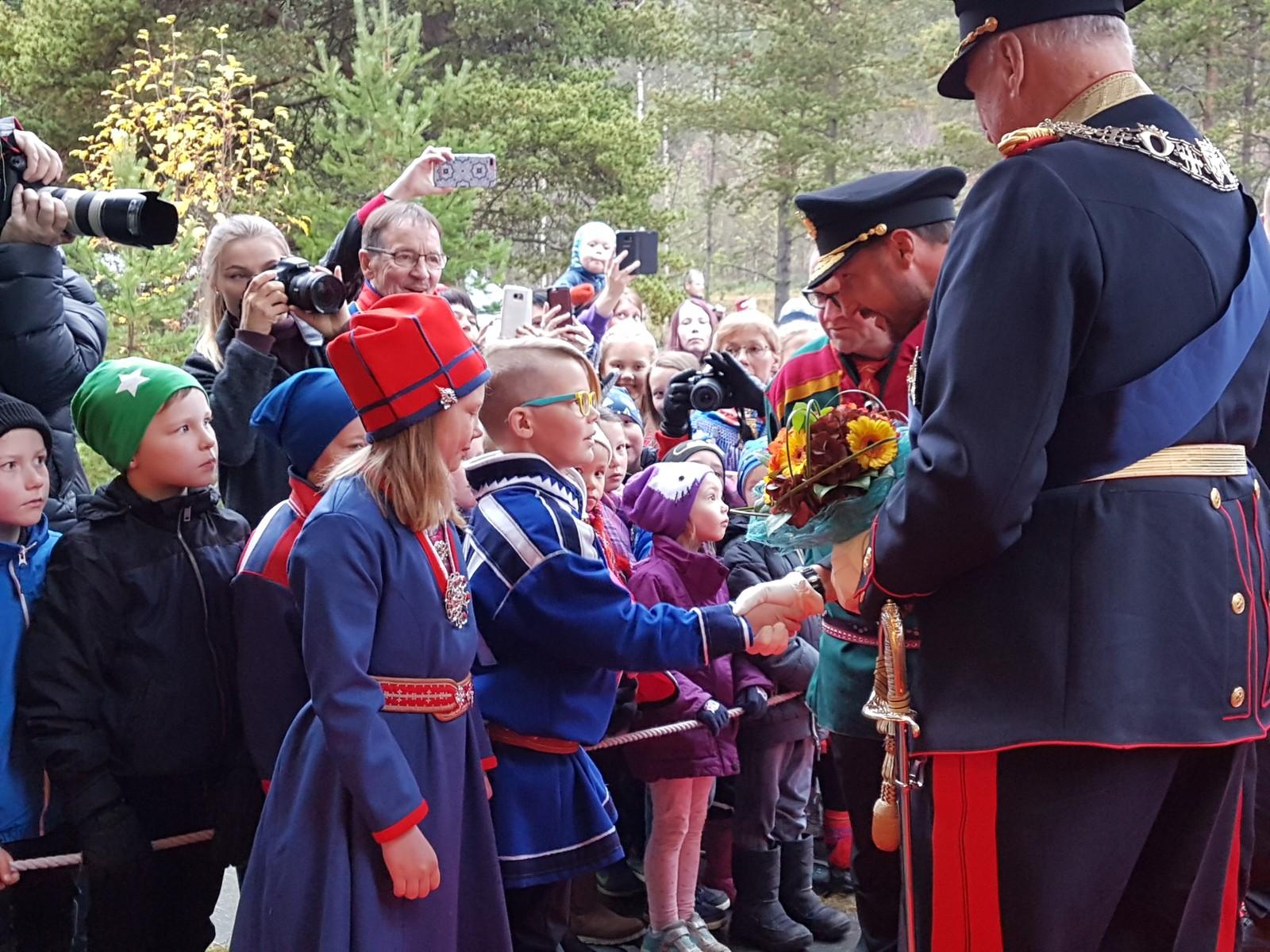 H.K.H Kronprins Haakon hilser på Storm Andre Christensen (10) og Eli Máret Kappfjell Gaup (9).