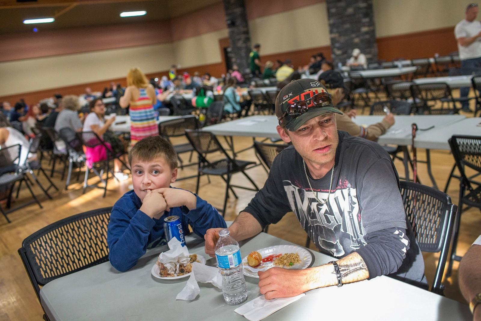 Chris Reid og sønnen Noah spiser middag ved senteret for de skogbrannevakuerte i Lac la Biche 7. mai. Over 80.000 mennesker er evakuert på grunn av skogbrannen som herjer utenfor Fort McMurray i Alberta i Canada.