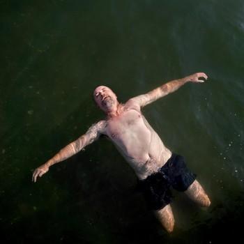 Hans Lukas flyter i sjøen, slik han gjorde da han var i Brasil