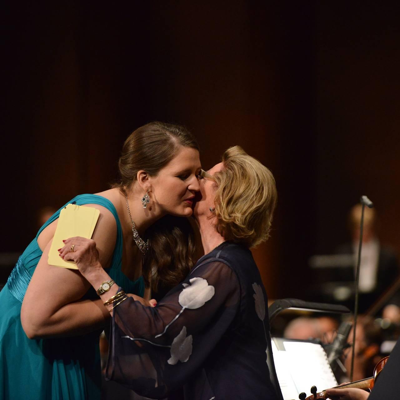 H.M. Dronning Sonja med Lise Davidsen (førsteprisvinner DSIM 2015) under prisutdelingsseremonien.