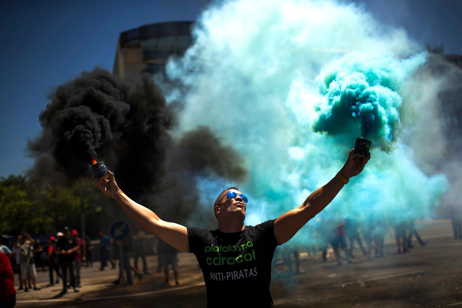 Spanske drosjesjåfører streiket i et døgn i Madrid i protest mot konkurransen fra private selskaper som Uber og Cabify.