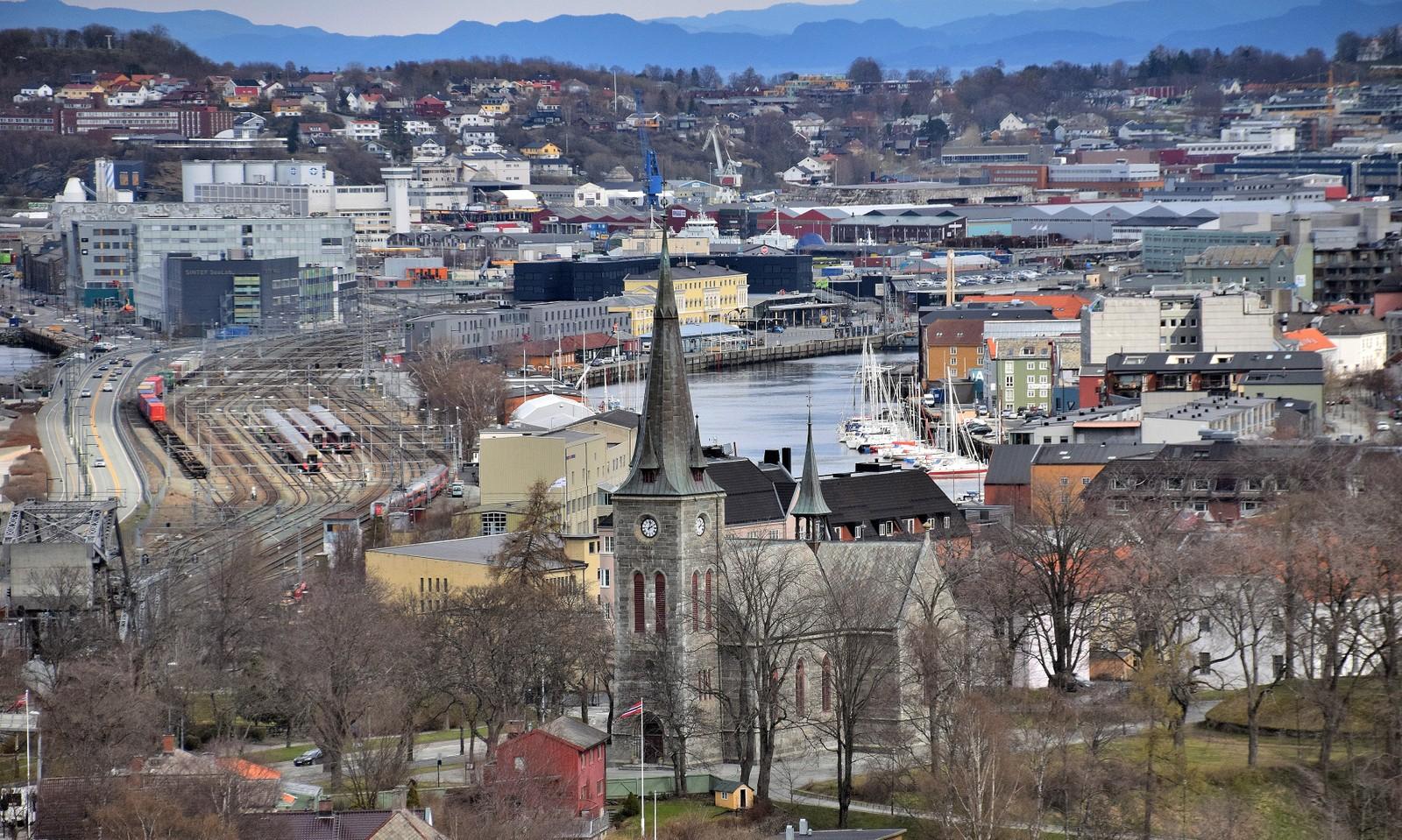 Ilen kirke med Trondheim S i bakgrunnen