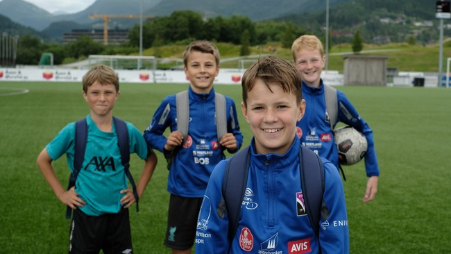 Fire fotballspelande karer i Hafstadparken