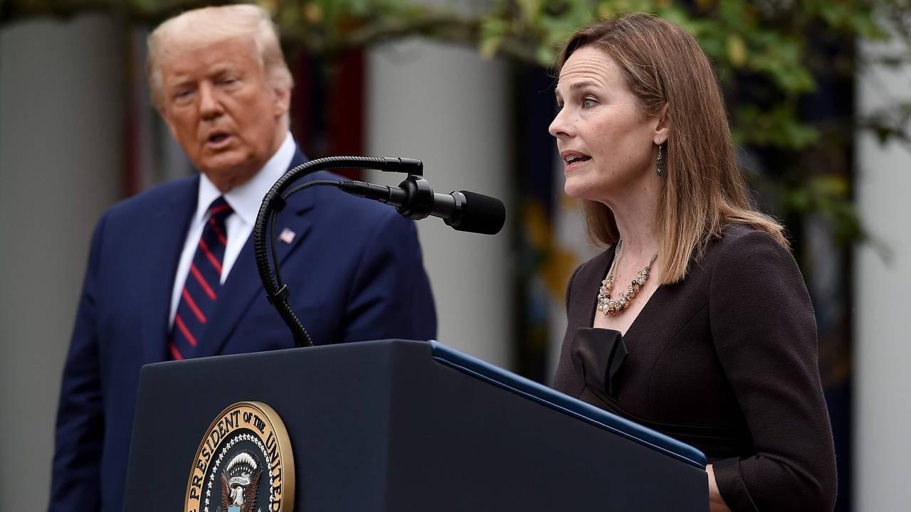 UTVALGT: President Trump utnevnte raskt den konservative dommeren Amy Coney Barrett til ny høyesterettsdommer. Dermed blir det konservative flertallet 6 mot 3 i USAs mektige høyesterett.