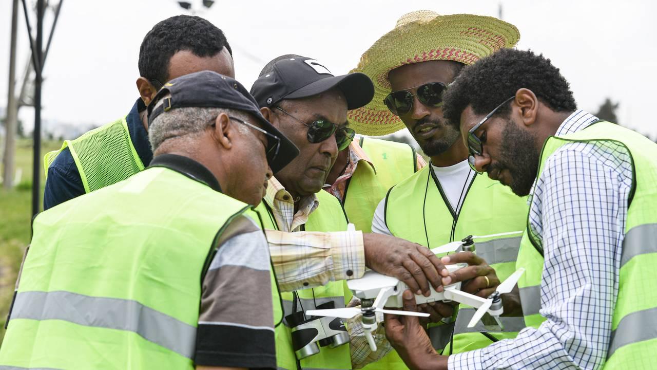 Ansatte i matvareprogrammet tester bruken av droner for å få levert mat.