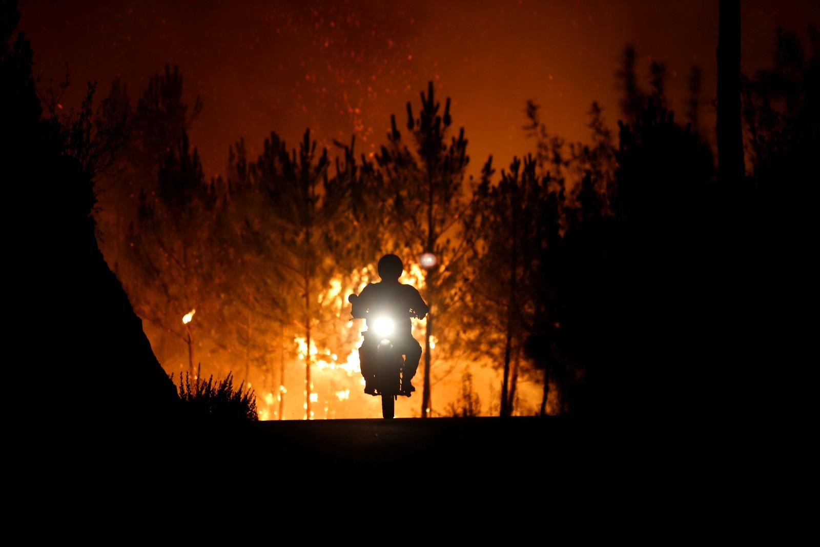 En brannmann legger en skogbrann bak seg i Macao i Portugal.