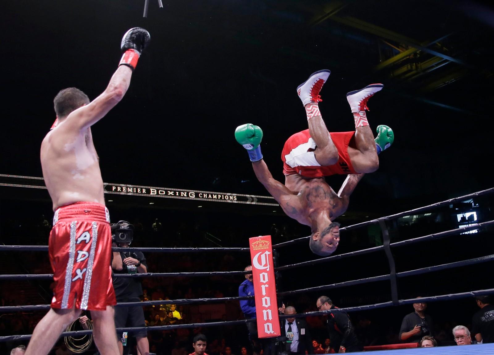 Anthony Dirrell (til høyre) feirer med en baklengs salto etter å ha slått Marco Antonio Rubio i en kamp om super mellomvekts-beltet. Dirrell har overlevd både kreft og en motorsykkel-ulykke før han kjempet seg tilbake i ringen.