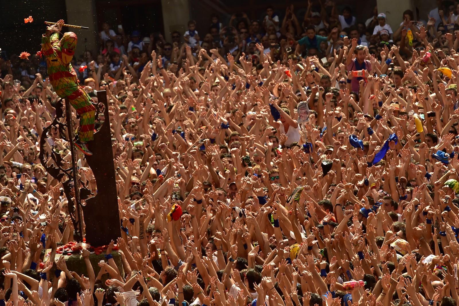 Fargerikt utkledd som den såkalte 'Cipotegato' hylles denne mannen av folkemengden i den spanske byen Tarazona. Den årlige seansen gjenskaper en gammel tradisjon der en fengselsfange fikk muligheten til å løpe seg til frihet om han klarte å rømme fra folkemengden. Folket venter her på å få kaste tomater på Cipotegato på byens torg.