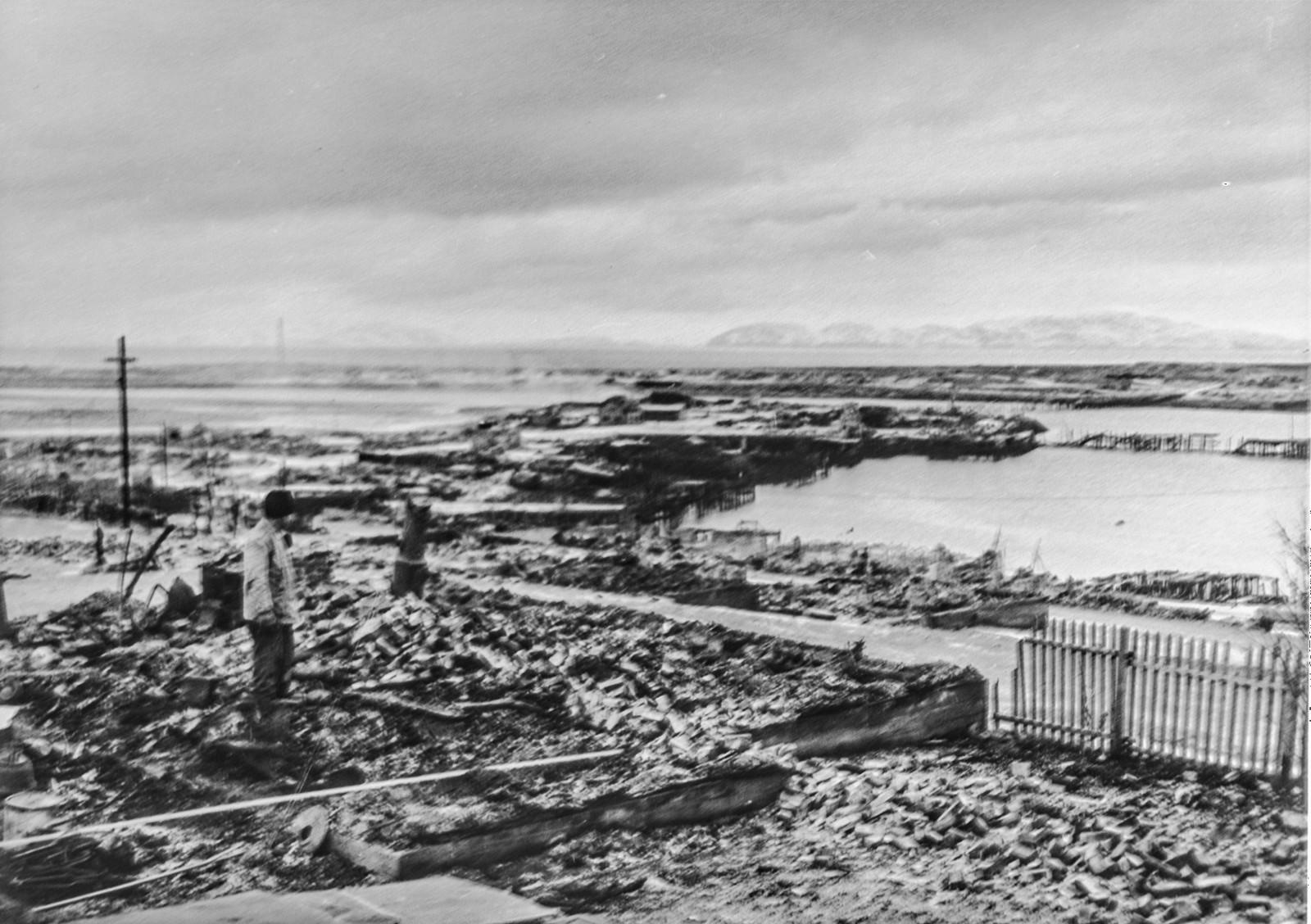 Under sin retrett i Nord-Norge har tyskerne lagt alt øde etter seg. Selv de minste husene er blitt brent eller sprengt i luften og alle transportmidler satt ut av funksjon. Bildet viser ruinene av forretningsstrøket i Vadsø.