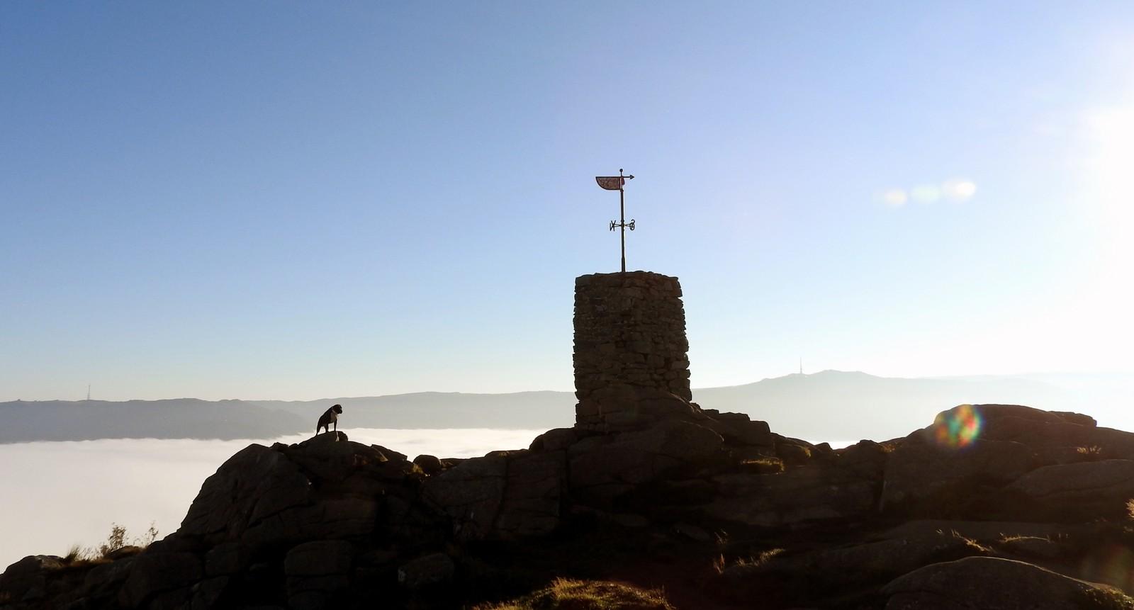 UTSIKT: Mens byen lå innhyllet i tykk havtåke, var det fri utsikt mot Rundemanen og Ulriken.
