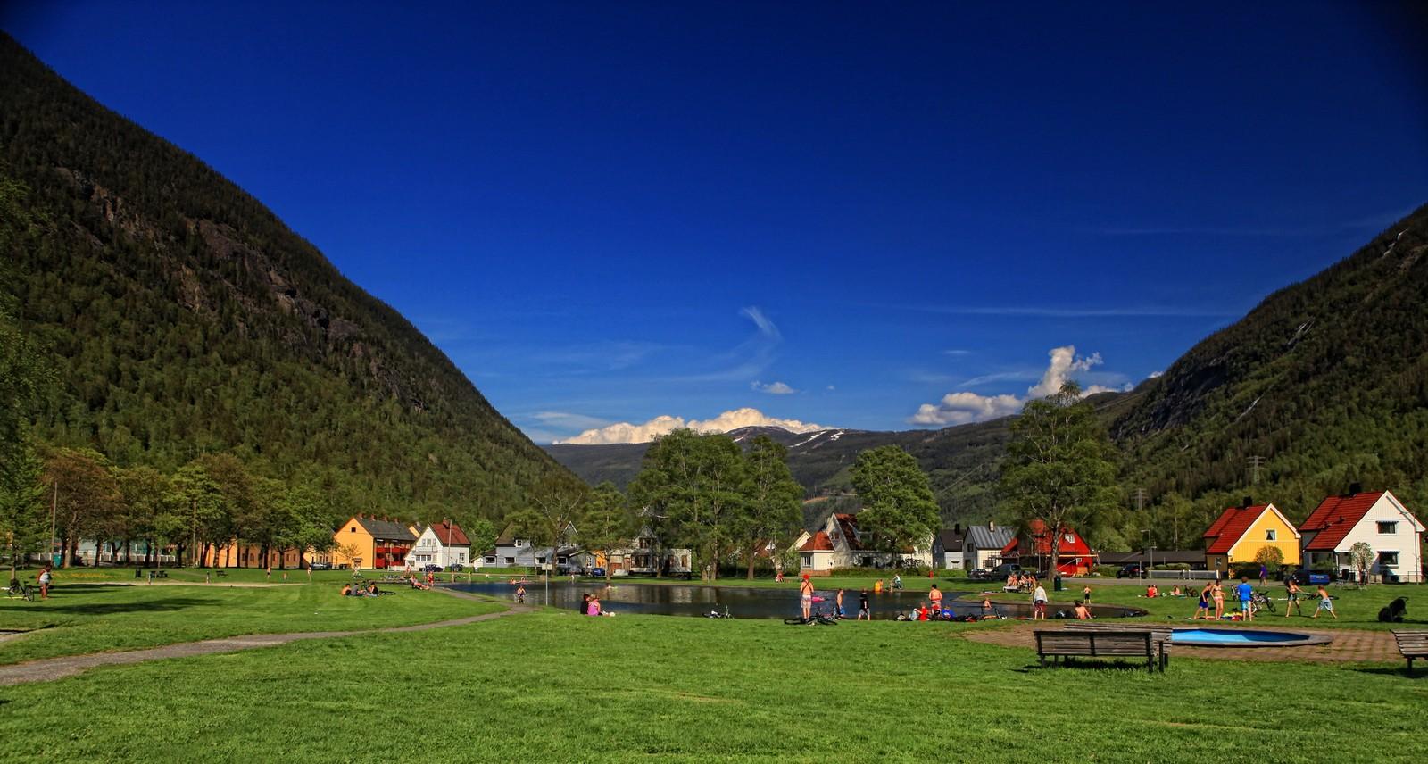 TVEITOTJERNET PÅ RJUKAN: Det er en populær og trivelig badeplass ikke langt fra Rjukan sentrum. Her er mye plass å boltre seg på både for store og små, unge som gamle. En liten perle ikke langt fra Rjukan sentrum, skriver Hans-Dieter Fleger i sin begrunnelse.