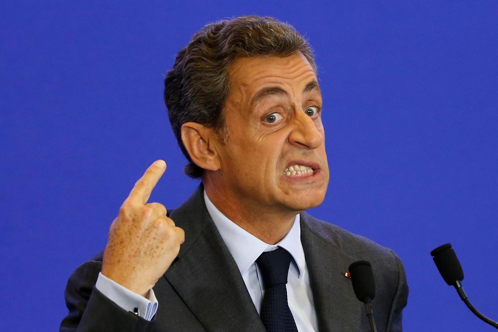 Frankrikes tidligere president, Nicolas Sarkozy, er meget engasjert under en tale etter et møte om flyktningkrisen i Paris 16. september. Frankrike planlegger å bombe terrorgruppen IS i Syria i løpet av de neste ukene, sa landets forsvarsminister til radiokanalen France Inter denne uka. Til nå har Frankrike kun deltatt i luftangrep mot IS i Irak.
