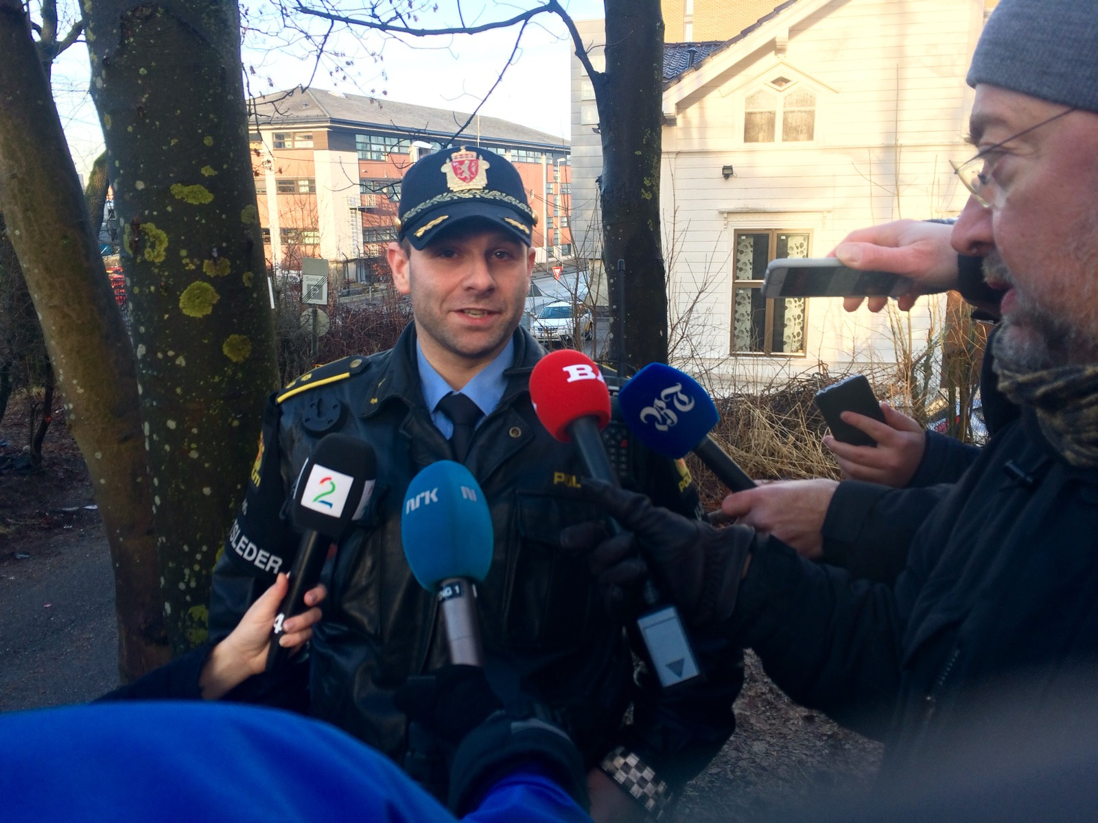 Medieoppmøtet var stort i Jekteviken i dag. Her er det innsatsleder John Endre Skeie som måtte svare på spørsmål fra pressekorpset.