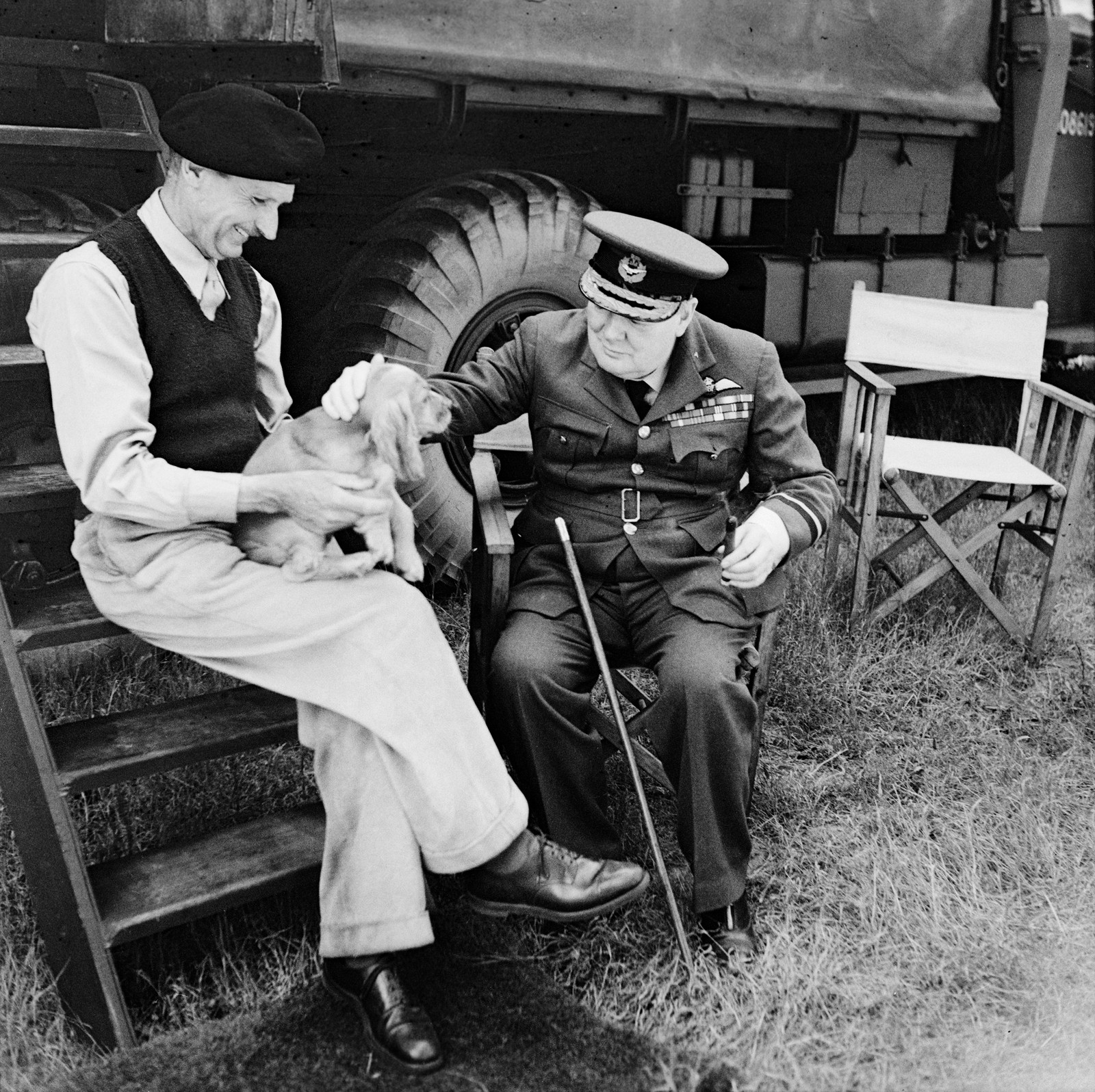 Statsminister Winston Churchill i 1944 sammen med general Sir Bernard Montgomery og hunden hans.