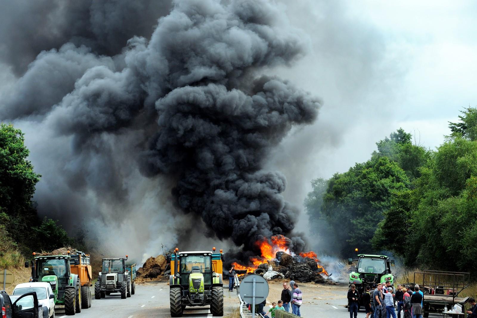 Veien ble blokkert med brennende dekk, høy og gjødsel mellom Morlaix og Brest onsdag.