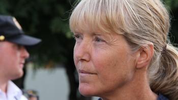 Etterlatte og overlevende hadde møtt opp for å høre Stoltenbergs tale. En av dem var Line Nersnæs som ble skadet under angrepet.