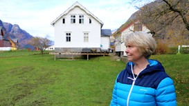 VIL IKKE FLYTTE: Hilde Sandvin bor sammen med katten og 34 andre ved Sandvinvatnet i Odda.