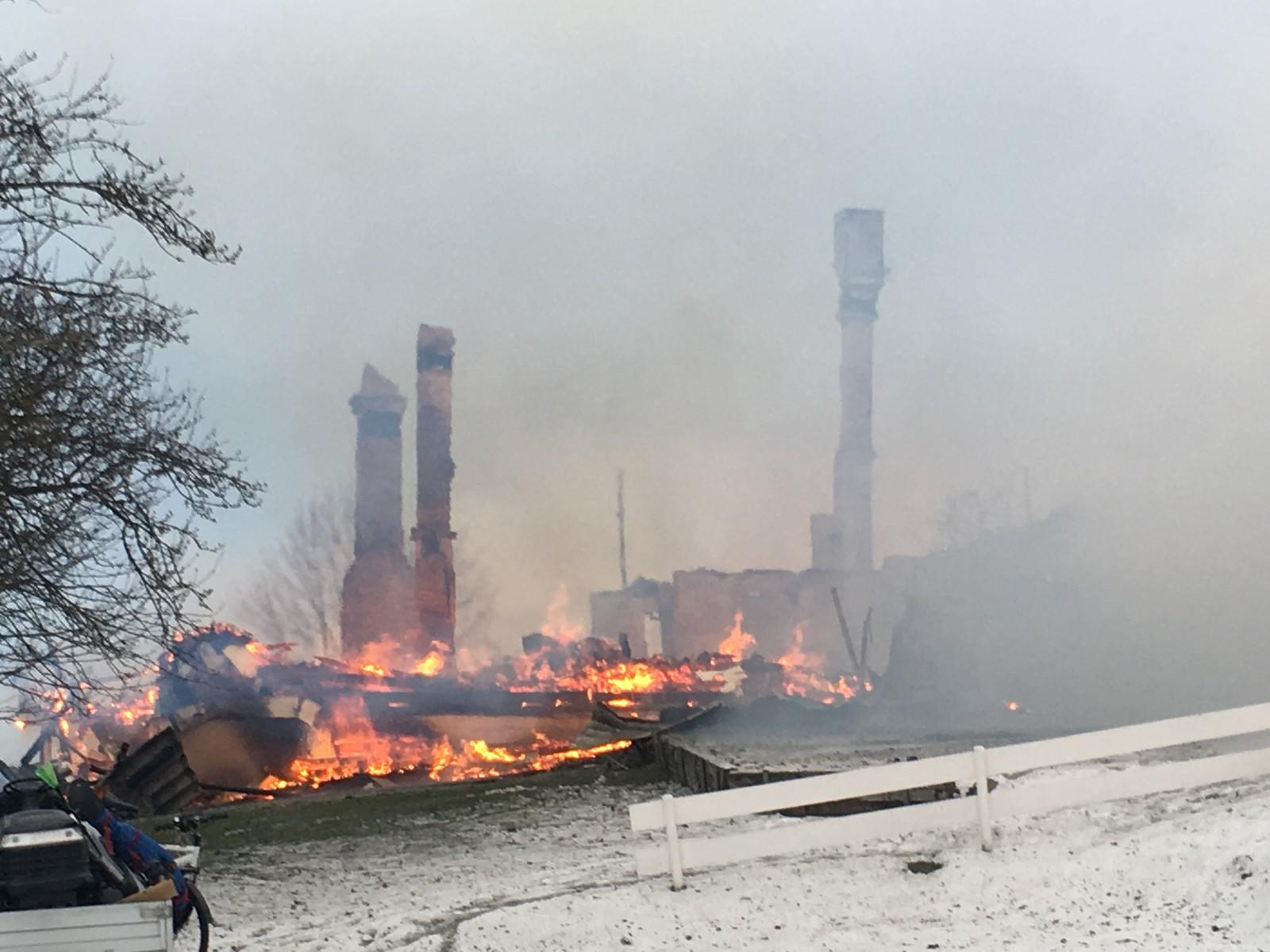 Huset som begynte å brenne i femtida i dag tidlig er fullstendig ødelagt. En person er fortsatt savnet etter brannen.