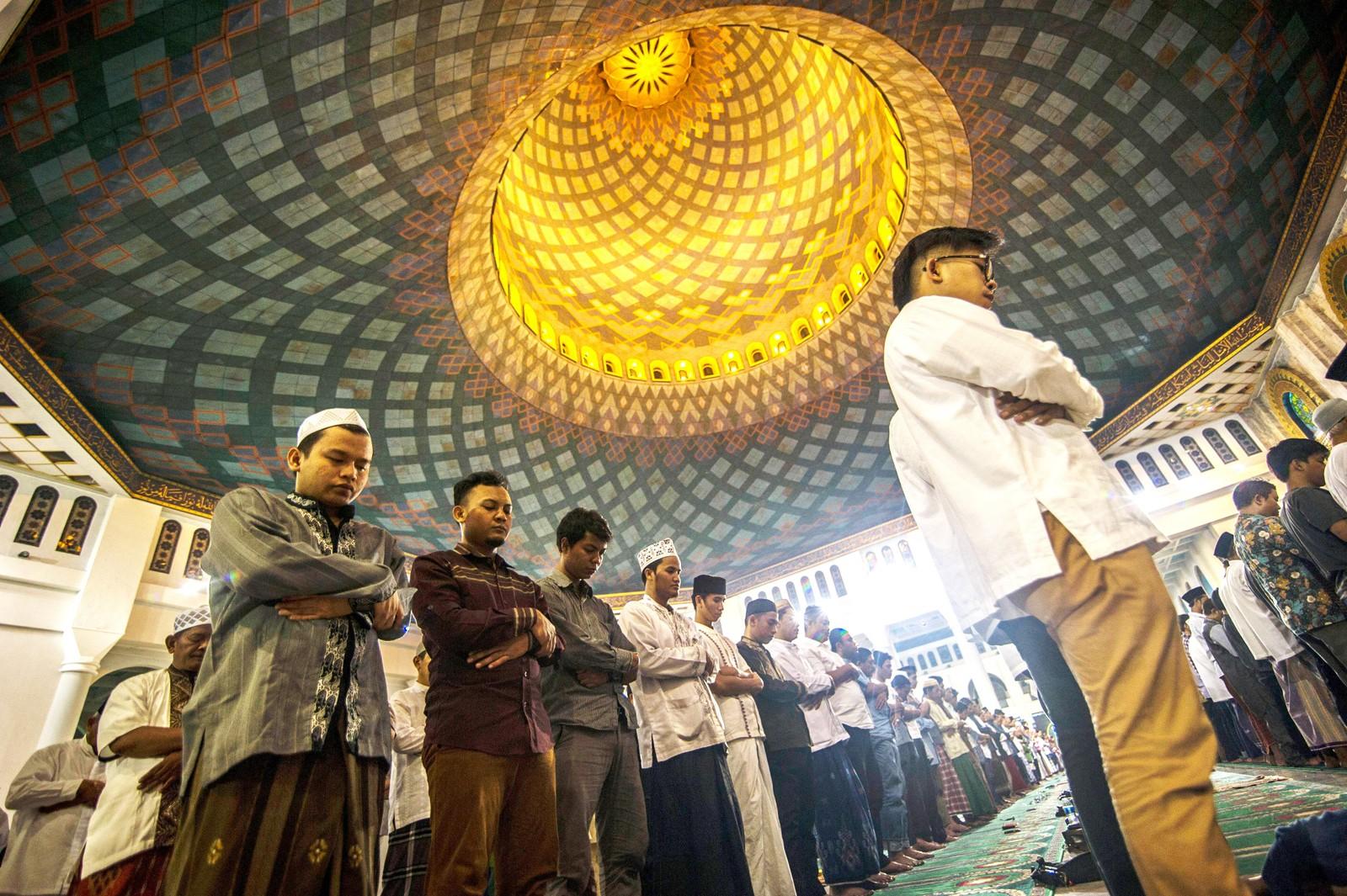 Muslimske menn innleder fasten i Al Akbar-moskeen i Surabaya i Indonesia.