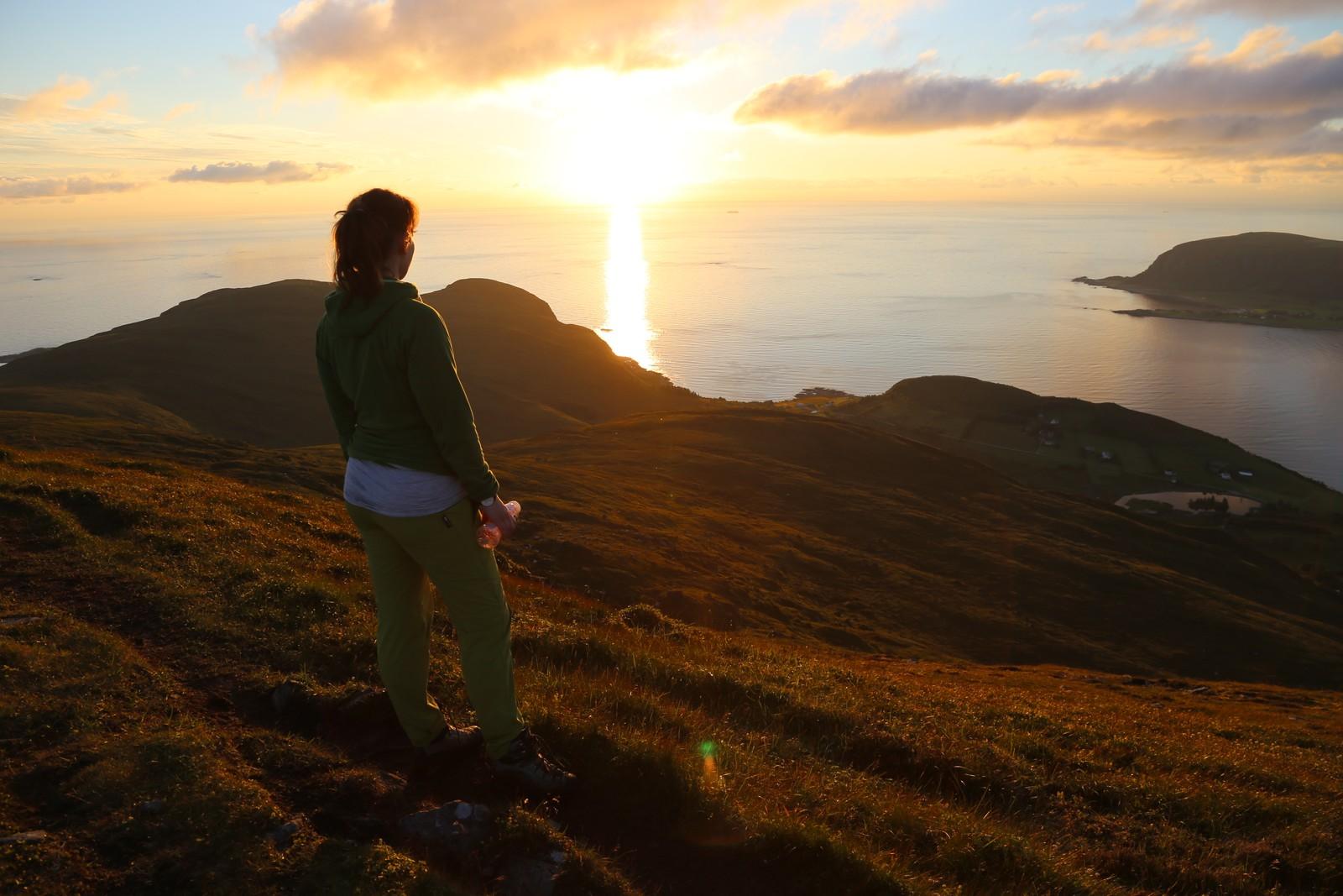Det blåser ofte friskt ute på øyane, men når sola går ned utpå kvelden blir det ofte meir stille. Å stå slik og sjå utover havet gjer svært godt for kropp og sjel.