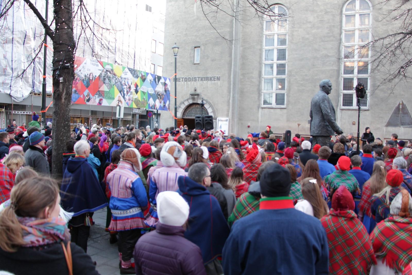 Folkeansamlingen utenfor Metodistkirken.