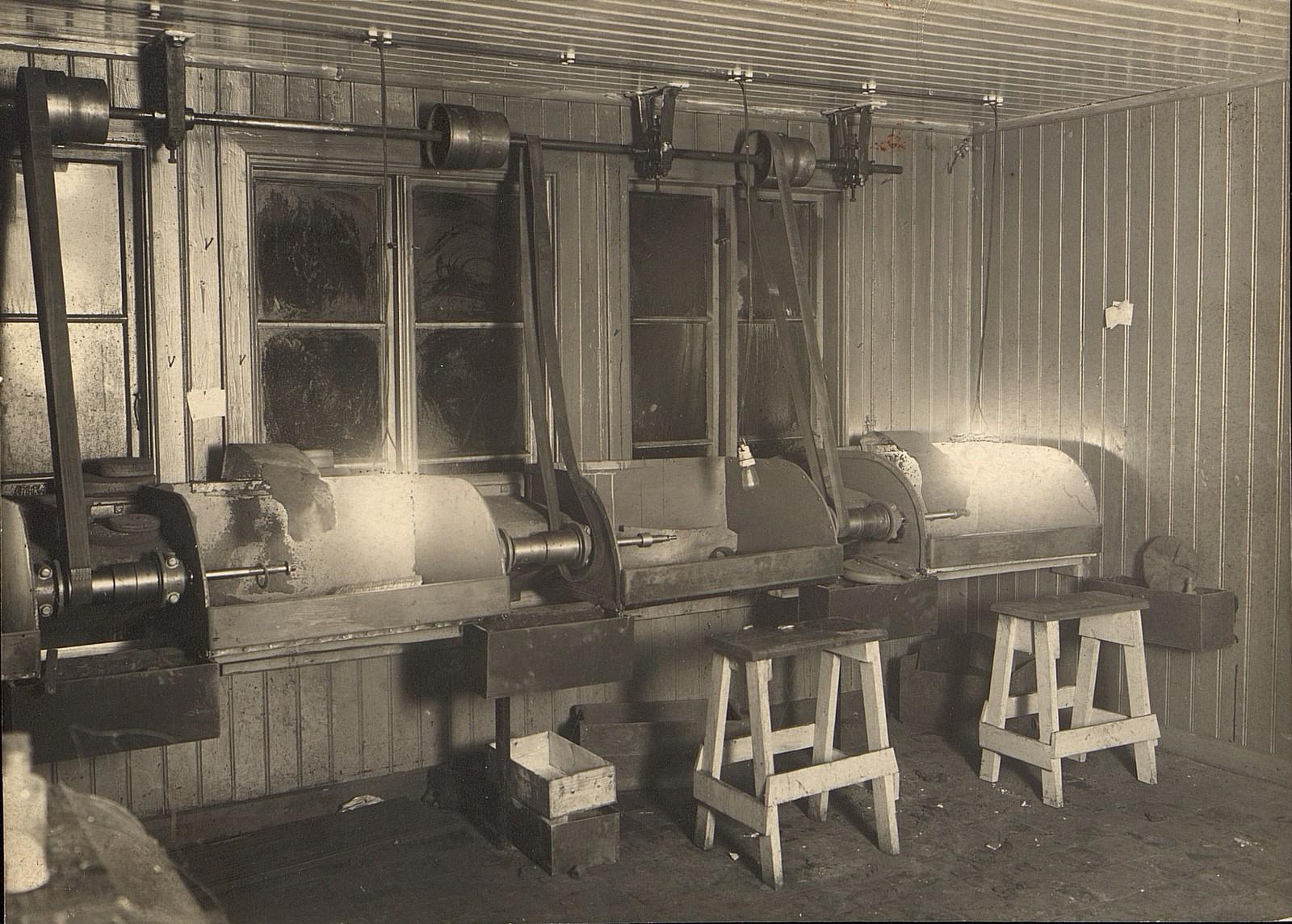 Fra produksjonslokalene i Anders Larsensgt. 15. Maskiner og utstyr i fabrikkens verksteder. Rundt 1910. Fotograf ukjent.