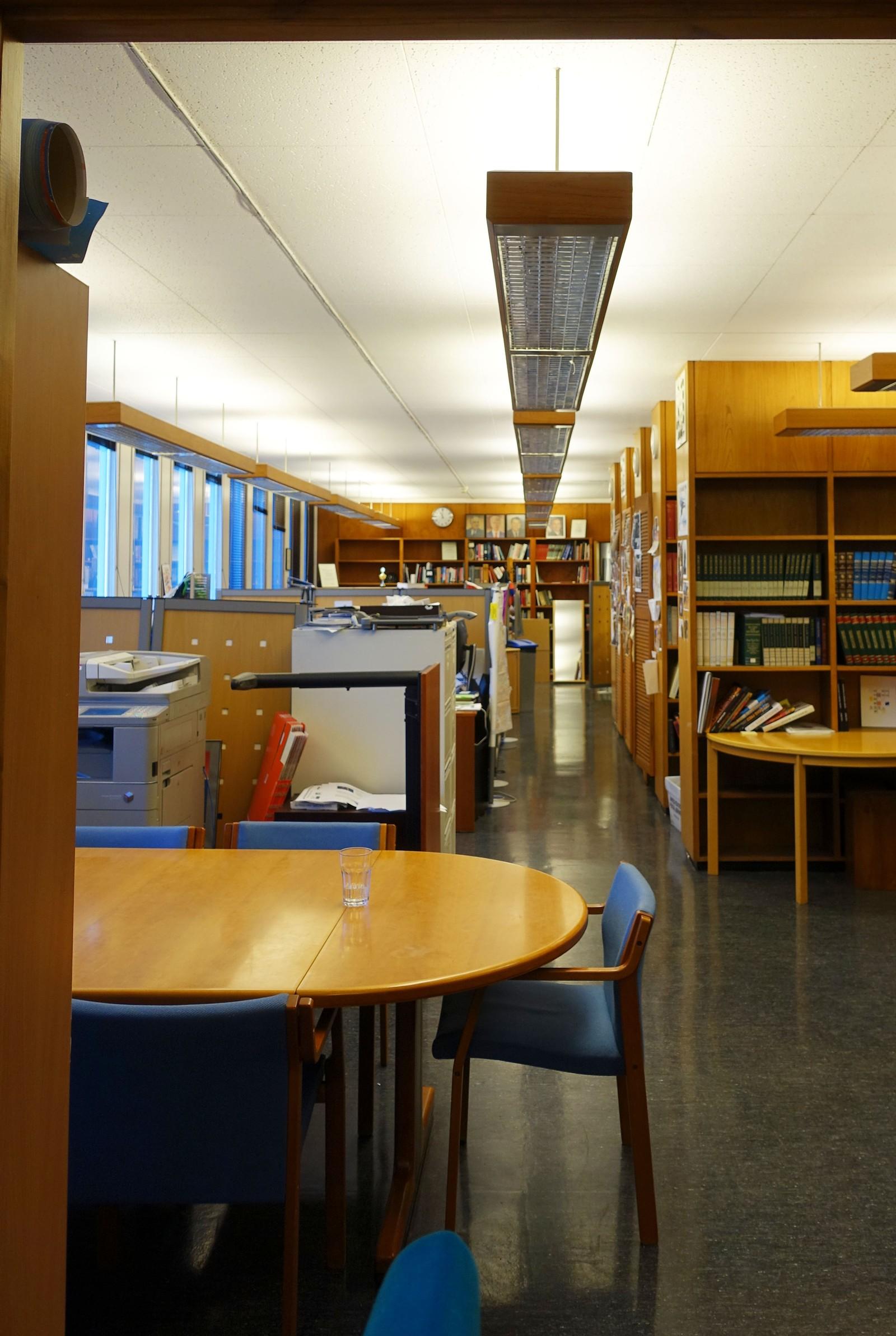 Tidligere var det bibliotek i hele 2. etasje i bygget. Reolene, også de i teak, gikk rundt hele den ene siden i etasjen. Her var det 20.000 titler, og biblioteket var åpent for publikum. Her var det også en stor platesamling med amerikansk musikk. - Jazzungdom kom hit for å høre på plater, forteller Morten Stige.