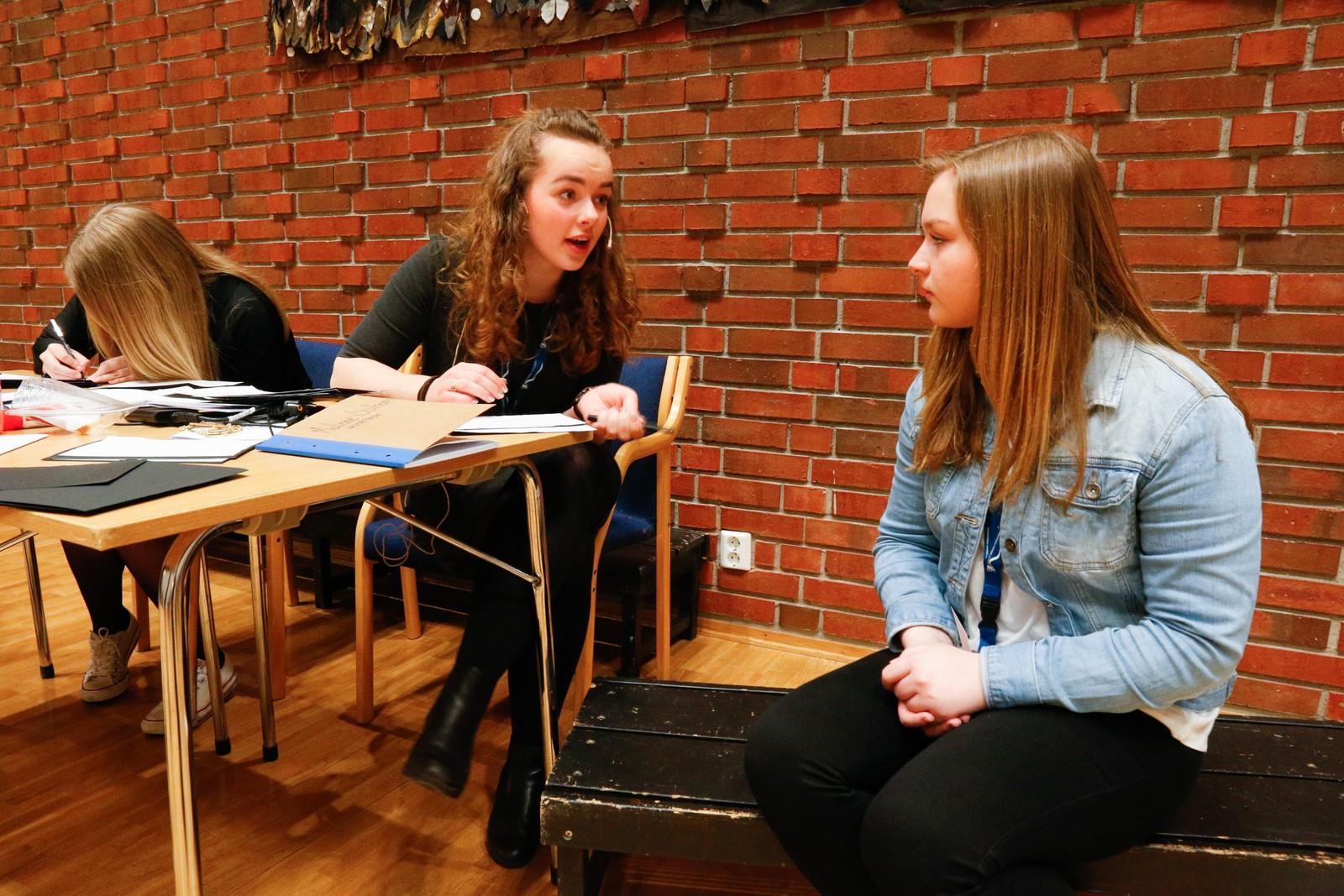 SPENT: Konferansier Malene Solheim intervjuer ein spent deltakar som ho skal introdusere på scena i Førdehuset