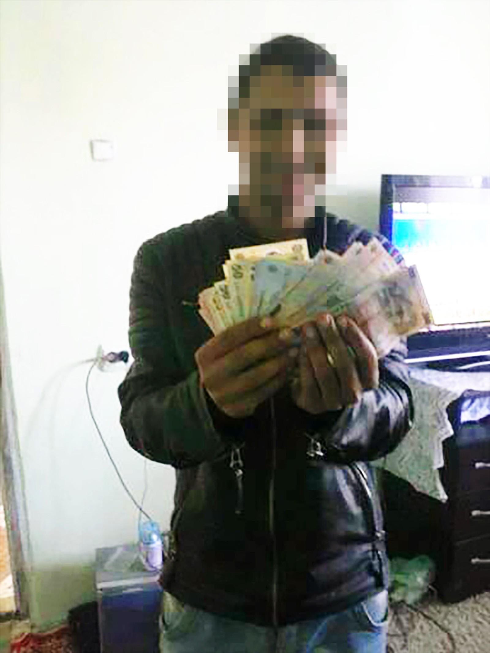 Mannen som la ut bildet av et kjøleskap fullt av penger har også lagt ut flere bilder av seg selv med pengebunker.